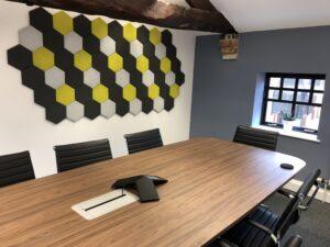 Pannelli acustici esagonali modellati in un ufficio 1.