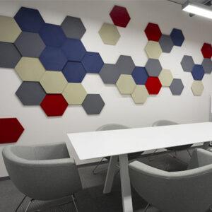 Pannelli acustici esagonali modellati in un ufficio 2.
