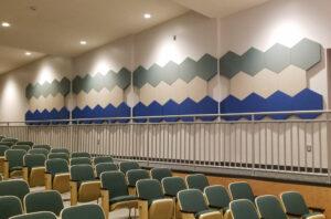 Pannelli acustici esagonali modellati in una sala conferenze