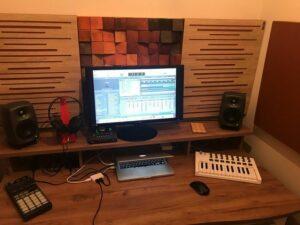 Perfetto pannello fonoassorbente acustico in un piccolo studio di casa