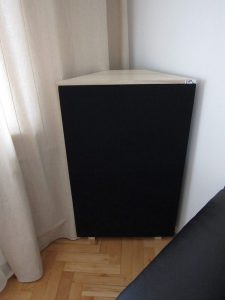 trappola per basso elemento angolare collocata nella sala cinema (2)