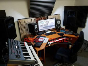 uso di diffusori acustici in legno dietro gli altoparlanti