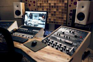 utilizzo di diffusori acustici in legno dietro gli altoparlanti (2)